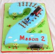 Gâteau marbré en forme de 2, glaçage au beurre meringue suisse recouvert de fondant et décoré sous le thème de Thomas le train - 75$