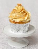 Cupcake à saveur de whiskey à l'érable et glaçage meringue suisse à l'érable, garni de sucre d'érable