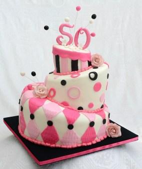 Gâteau ''Topsy Turvy'' 3 étages pour un 50e anniversaire. 2 étages à la vanilla et 1 au chocolat avec glaçage meringue Suisse à la vanille et recouvert de fondant