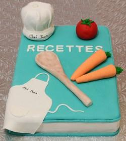 Gâteau de chef 8x12 au chocolat avec glaçage meringue Suisse à la vanille. Recouvert de fondant et objets en fondant.