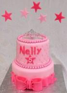Gâteau 2 étages (chocolat et vanille) avec glaçage meringue suisse à la vanille rose. Recouvert et décoré avec du fondant.