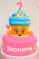 Gâteau 10 pouces rond et gâteau en forme de cupcake à la fraise avec glaçage meringue suisse à la vanille. Recouvert de fondant et décoré pour représenter le shopkin ''Cupcake Queen''.