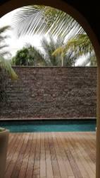 Piscine rénovée Nouakchott depuis salon