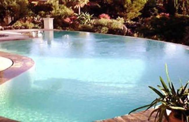 piscine miroir et débordement cascade