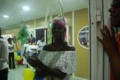 Hôtesse créole en habit traditionnelle