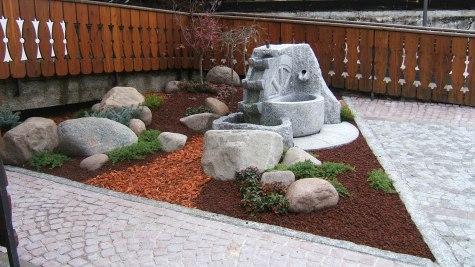 Decoriamo i giardini con splendidi e rilassanti giochi d'acqua nello stile preferito dal cliente.