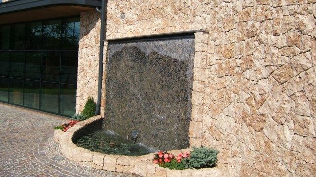 fontana con cascata d'acqua