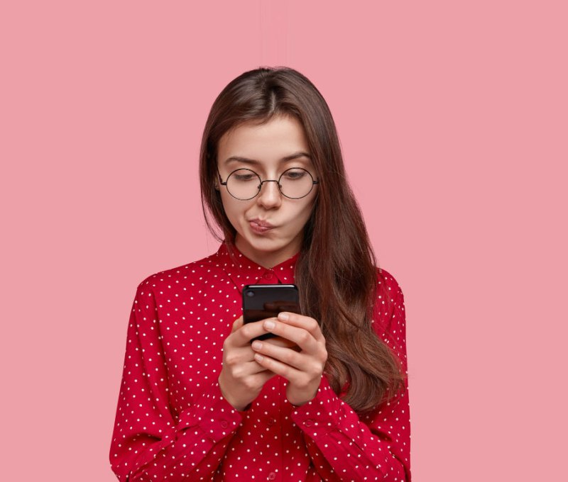 girl using social media