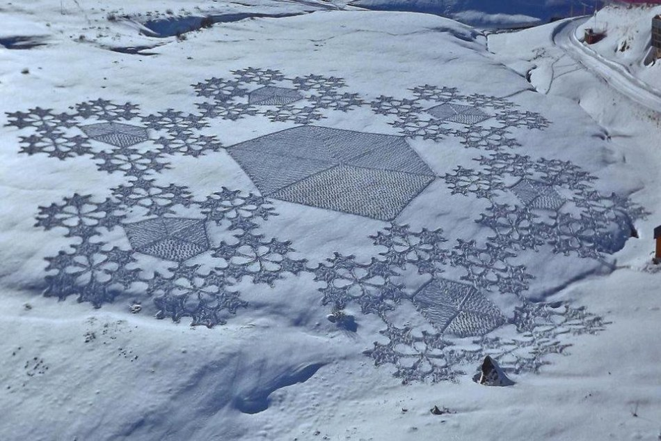 Simon Beck fractal snow art