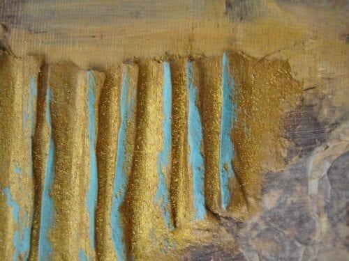 Man sieht den Ausschnitt eines Gemäldes von Dodo Kresse, im Stil Mixed-Media, Pappe geriffelt mit Goldglitter, Acryl auf Leinwand. gold und türkisfarben.
