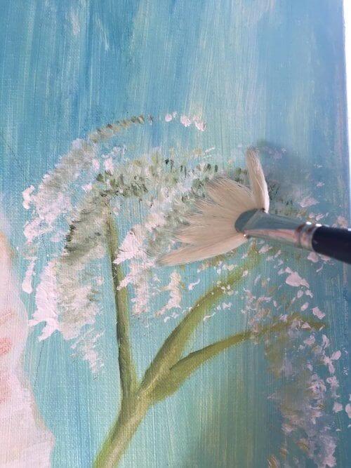 Du siehst wie Dodo die Blüten mit dem Fächerpinsel auftupft