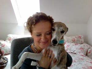 Die Künstlerin Dodo Kresse mit ihrem Hund Rosi