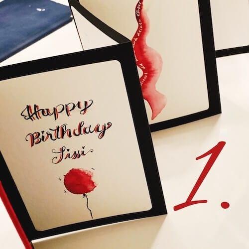 Die Happy Birthday Karte ist die erste, die in den Leporello geklebt wird.