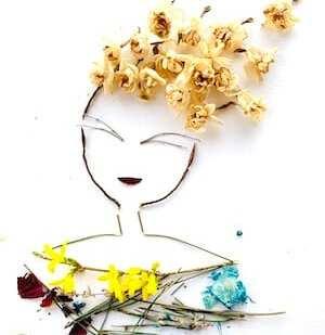 Man sieht ein Portrait einer Frau mit Zweigen und getrockneten Blüten