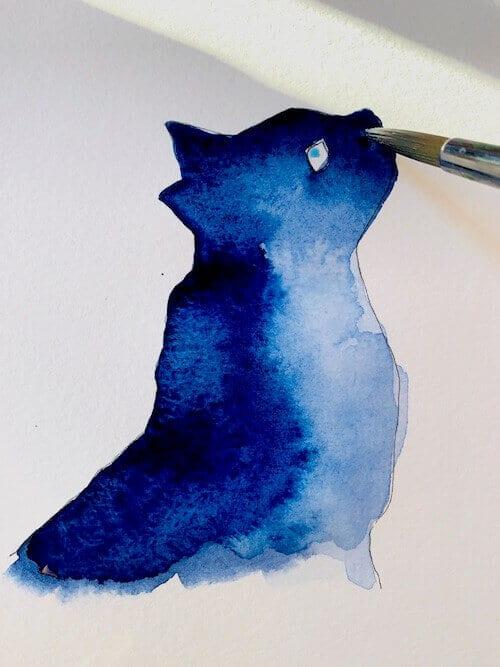 Die Katze bekommt ihr Aquarell. Endlich darf die Indigo-Farbe auf das Papier fließen. Hier siehst du die schöne Farbe auf dem Katzenfell