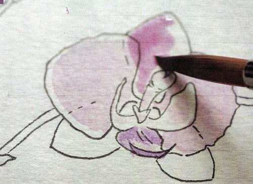 du siehst wie ich die blütenblätter in Rosa und violett male