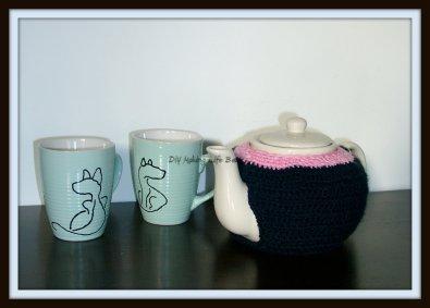 Crochet around a teapot, to make a 'teapot cosy'