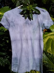 Tee eco-dyed with black beans