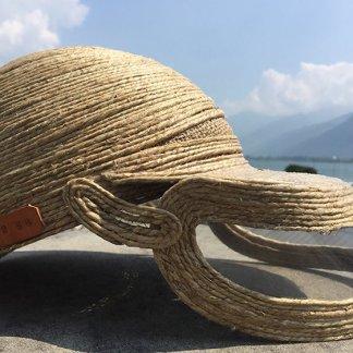 Cappello in fibra naturale con visiera