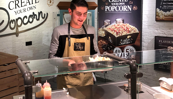 Pathé popcorn corner werknemer