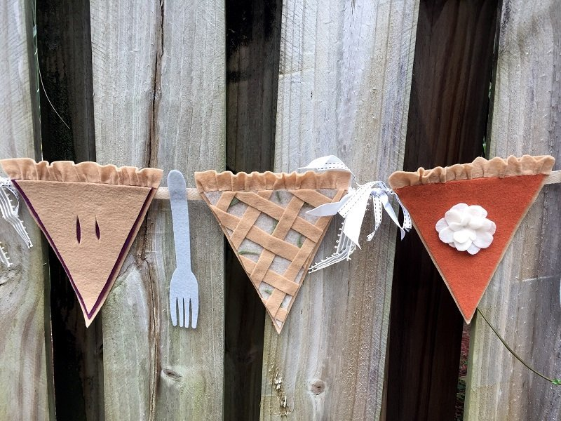 Creatively Beth adds felt forks to a Fall Pie Banner for some DIY fun!#creativelybeth #thanksgivingcrafts #piebanner #feltcrafts #piegarland #pumpkinpiebanner