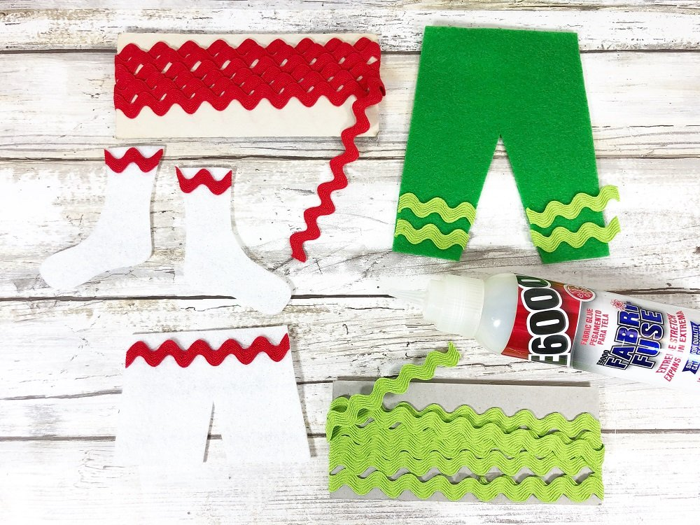 Embellish Elf Clothes with Rick Rack #creativelybeth #createwithkunin #christmascrafts #feltgarland