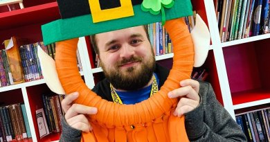 Playful Leprechaun Selfie Wreath Creatively Beth #creativelybeth #stpatricksdaycrafts #feltcrafts #wreaths #leprechaun