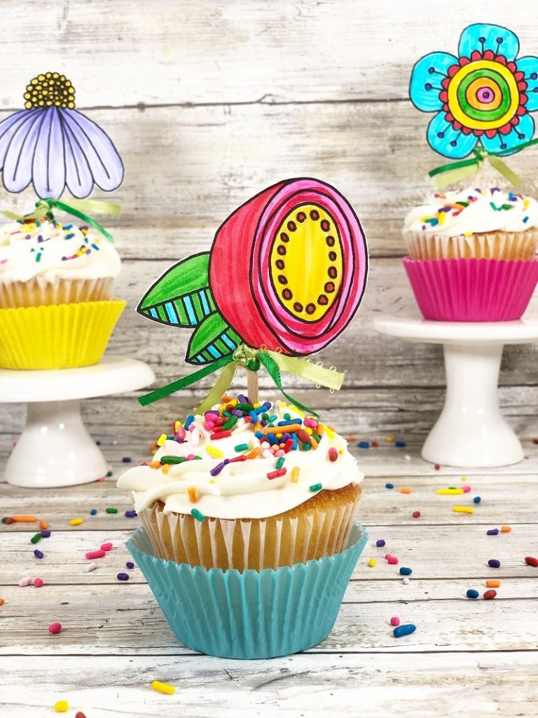 Doodle flower cupcake toppers with a free printable by Creatively Beth #creativelybeth #freeprintable #doodle #flowers #cupcaketopper