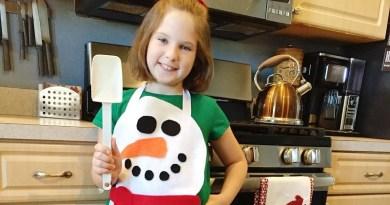 No-Sew Child's Snowman Apron Creatively Beth #creativelybeth #feltcrafts #kidscrafts #christmascrafts #nosew #childscrafts