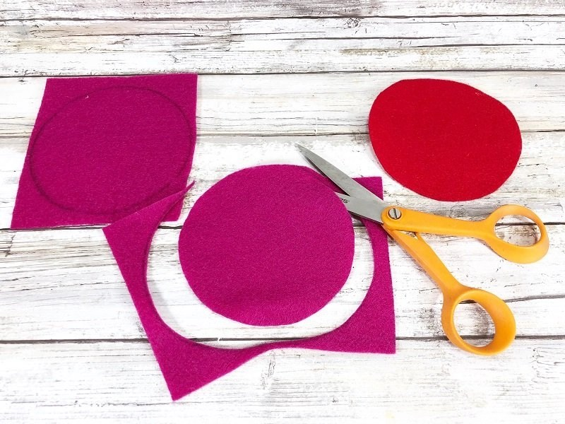 Cut out circles for Fortune Cookies Creatively Beth #creativelybeth #feltcrafts #fortunecookie #DIYcrafts #valentinesday #freeprintable