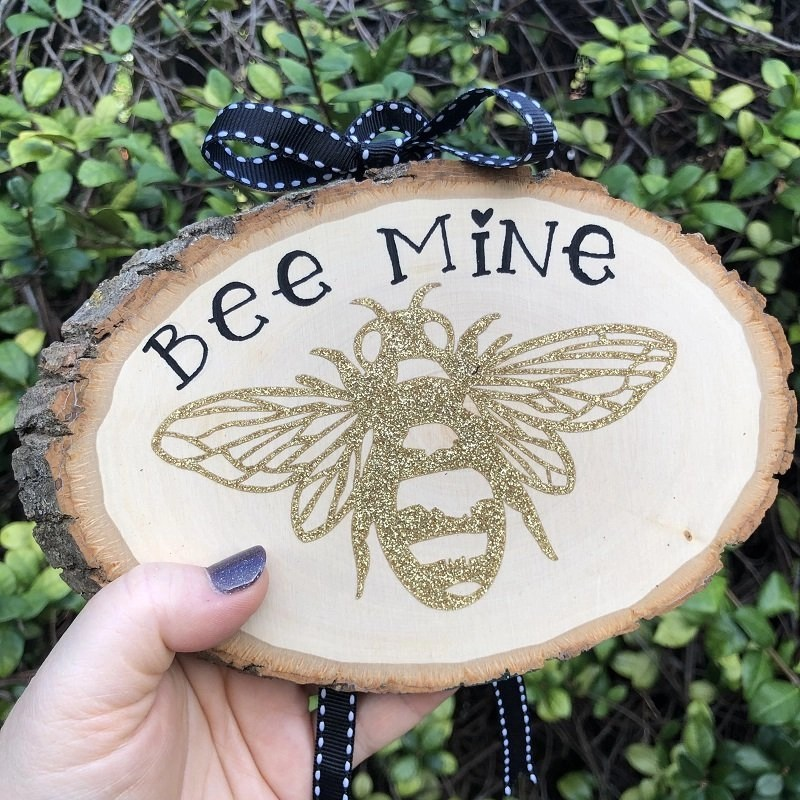 Wooden Valentine Plaque with Cricut EasyPress and Heat Transfer Vinyl Creatively Beth #cricutexploreair2 #cricut #cricuteasypress2 #valentinesdaycrafts #cricutcrafts