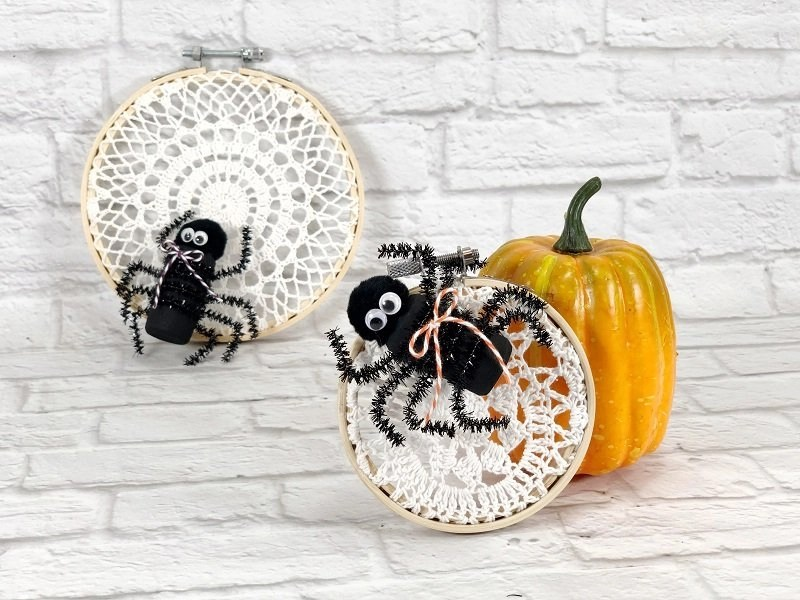 Recycled Wine Cork Spider and Lace Hoop Web by Creatively Beth #creativelybeth #recycledcrafts #embroideryhoopcrafts #halloweencrafts #teamcreativecrafts