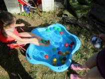 idées pour rafraichir les enfants: attraper des balles avec les pieds !