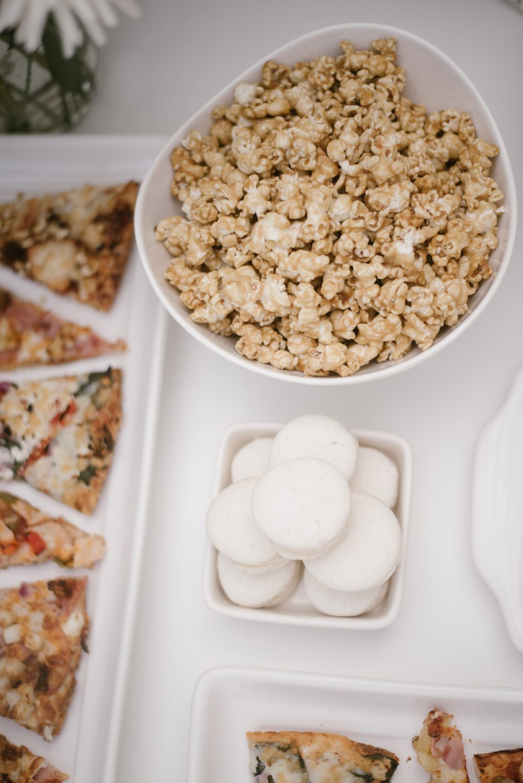 Pizza and popcorn at babyshower | White Boho Baby Shower