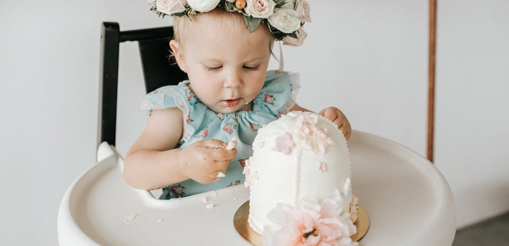 First Birthday Party Floral Cake Smash Ideas and Inspiration | One Year Old Birthday Party Decor // @creativewifeandjoyfulworker | photo juliechristinephotography.com