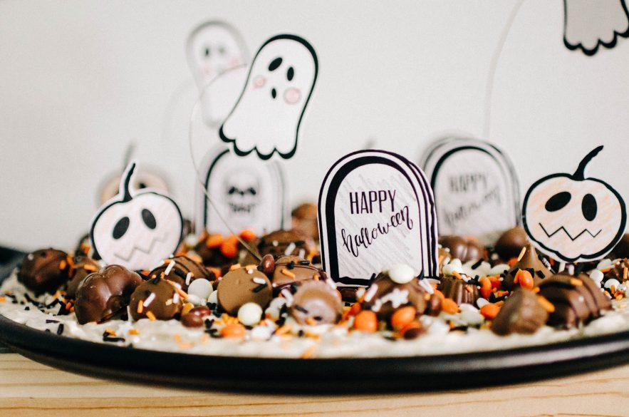 halloween treatsa pizza with printable gravestones and ghosts