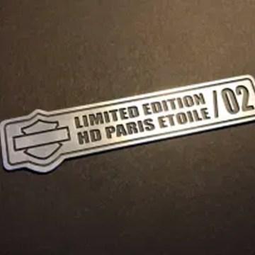badges sur-mesure aluminium fraisé