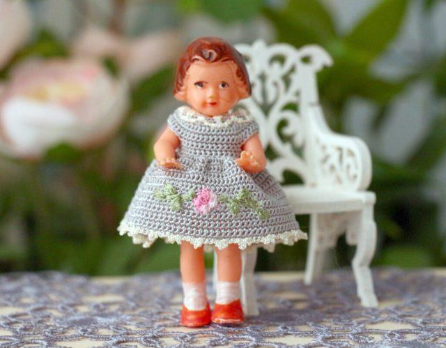 """<img src=""""miniature dolls"""" alt=""""Dollhouse mini dolls"""">"""