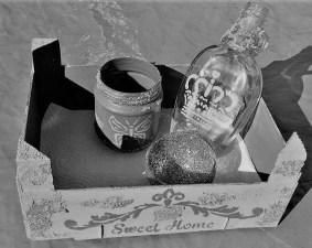 Kiste mit Becher Flasche Windlich