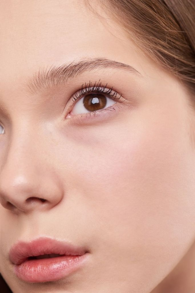 Cómo reafirmar el contorno de los ojos de manera natural con un fácil ejercicio facial