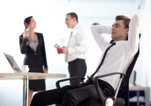 男性椅子にもたれる