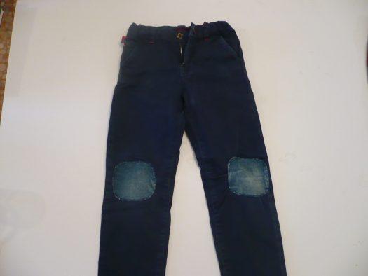 cacher un trou au genou d'un pantalon avec du tissu thermocollant découpé en carré