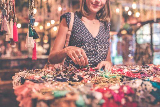 femme colliers artisanaux_vendre ses créations