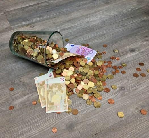 argent liquide dans un verre : minimalisme et gestion budgétaire