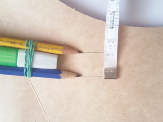 trois crayons attachés ensemble
