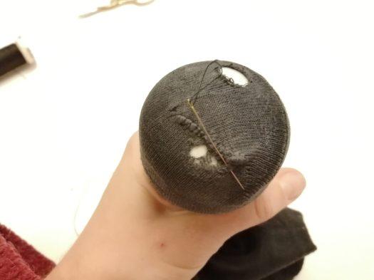 repriser une chaussette à l'aiguille en formant un oeil