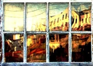 Reflejo de Oporto en una ventana