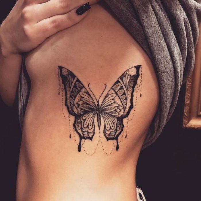 Tatuagem feminina na costela