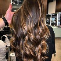 Morena iluminada o cabelo da moda