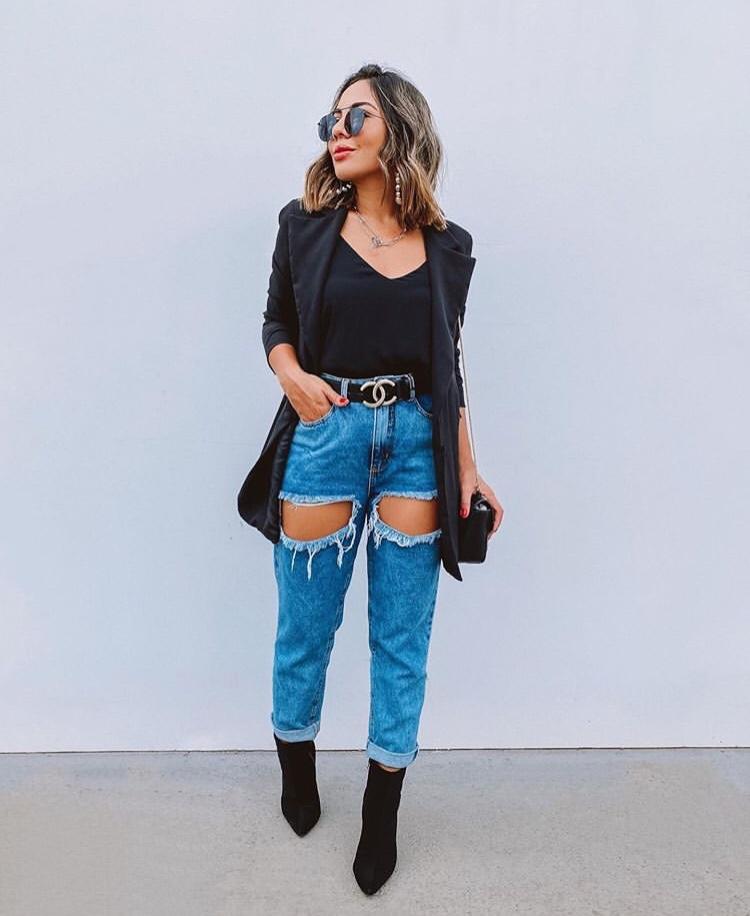 look com maxi cinto, calça jeans rasgada, blazer e bota.